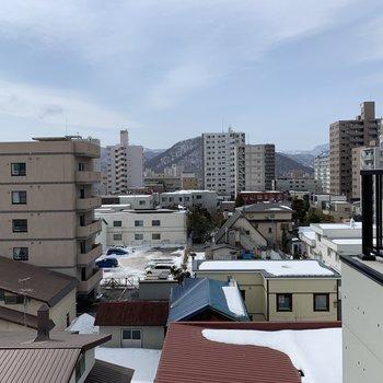 ベッドサイドの窓からの眺望はこちら。