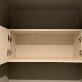 上部には扉付きの棚あり。上下の階どちらにも備えつけですよ