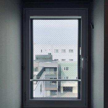 洗面台横の窓。少し明るくなるだけでも印象違うでしょ?