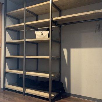 この洋室からは扉を開けて、2.7帖の大容量のWIC。