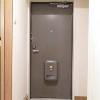 玄関も綺麗です(※写真は5階同間取り別部屋のものです)