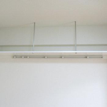 吊り棚は魅せる収納で(※写真は5階同間取り別部屋のものです)