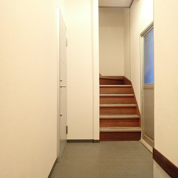 共用部】共用の玄関扉は鍵で開け閉めするタイプでした。