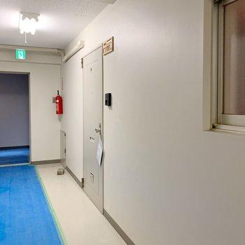 廊下は長〜い。(※写真は工事中のものです)