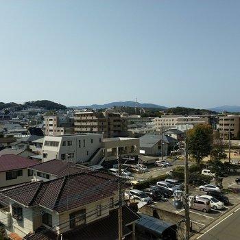 穏やかな住宅街。青空が気持ちいい!