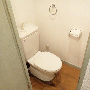 木目の床でトイレもキュート!