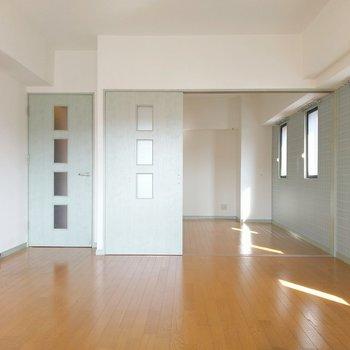 左手にキッチンがちらっと!後ろに続く6.2帖の洋室から。