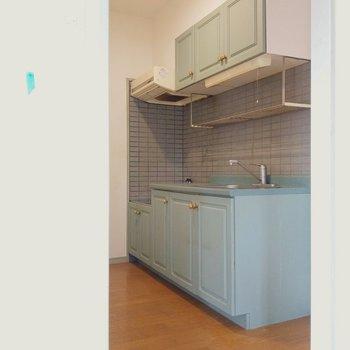 お待ちかねのキッチン!扉とお揃いのグリーンがかわいい…!