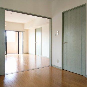普段はリビングと繋げて開放的に使っても◎バルコニー側の洋室へ。
