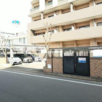 しっかりとしたゴミ置き場と駐車場。