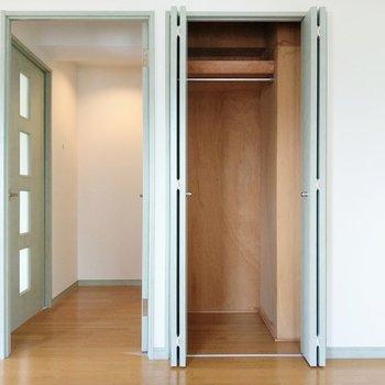丈の長い服も掛けられるクローゼット。横の扉は廊下に繋がっています。