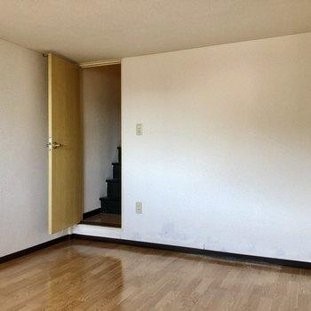 結構広さあるのでベッド以外の家具も置けますよ!(※写真は清掃前のものです)