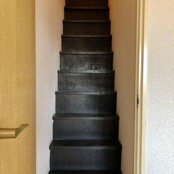 階段は結構急なのでご注意を。