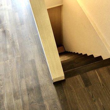 階段を降りて地下の洋室へ。