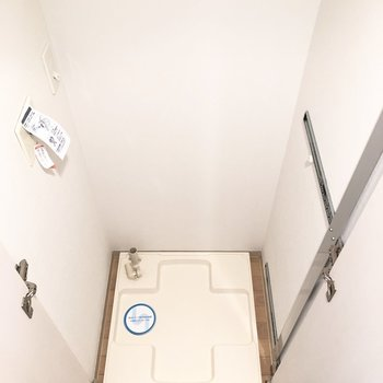 廊下に出ると、左に洗濯機置き場が隠されていました。※写真は1階の同間取り別部屋のものです