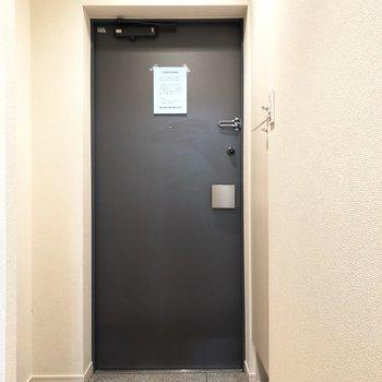 靴を脱ぐスペースはコンパクトめ。※写真は1階の同間取り別部屋のものです