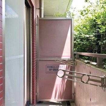 洗濯物を干すには十分な広さのバルコニー。※写真は1階の同間取り別部屋のものです