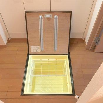 床下収納は保存食などの収納に役立ちます。