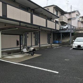 敷地内には駐輪場や駐車場があります。