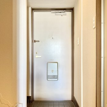 白のポスト付き玄関です。(※写真のお部屋は清掃前のものです)