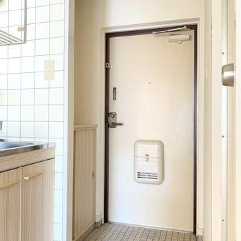 玄関は1つの段差付き。履き脱ぎしやすい◎