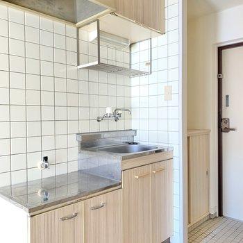 キッチンは木目に白色タイル。かわいい◯