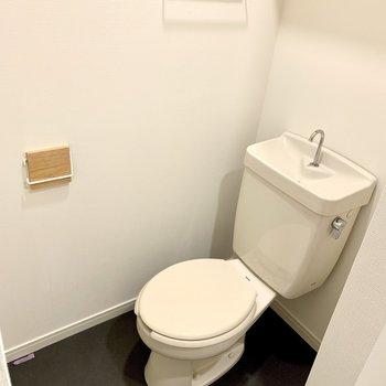 トイレの小物も木で統一感を