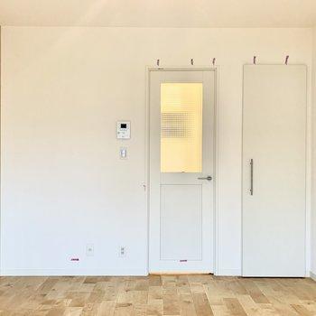 居室と廊下を区切る扉はモザイク調のガラスをはめ込んでいます