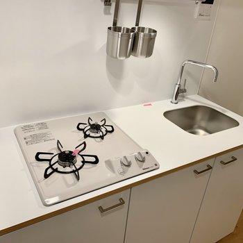 キッチンは2口ガスコンロ、調理スペースだってあります