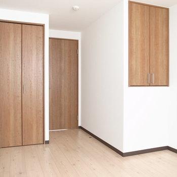 【洋室6帖】収納が2種類あります。こちら側はでこぼこしてますね。