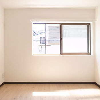 【洋室5.6帖】シンプルな形。DK同様とっても明るいです◎