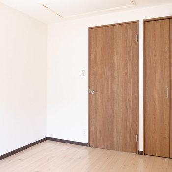 【洋室5.6帖】天井に入り口が!
