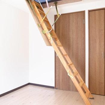【洋室5.6帖】ここから屋根裏部屋へ上がれます!