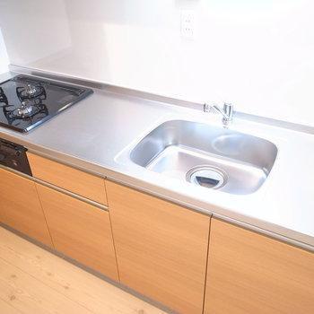 3口ガスコンロと調理スペースもあるシステムキッチン◎