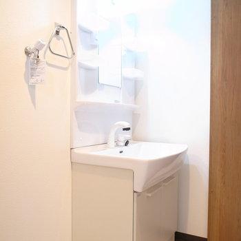 洗面脱衣所に入って右手に洗面台があります。
