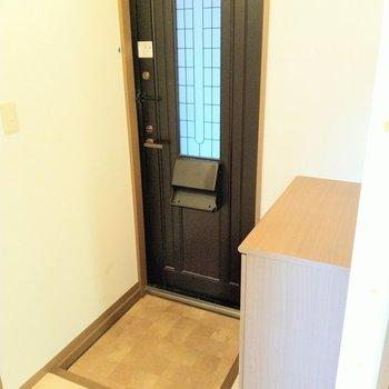 土間は狭めだけど廊下あるので出入りしやすい。クラシカルな扉が素敵。(※写真は清掃前のものです)