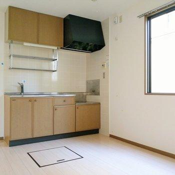 ナチュラルな木目のキッチン。大きな窓から光が射し込みます。(※写真は清掃前のものです)