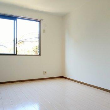 玄関前の洋室は6帖。広々明るい!(※写真は清掃前のものです)