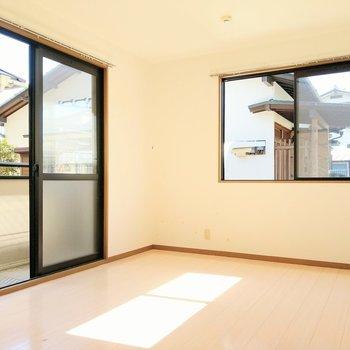 ダイニングから繋がる洋室は2面窓。ソファーを置いてくつろぎたい。(※写真は清掃前のものです)