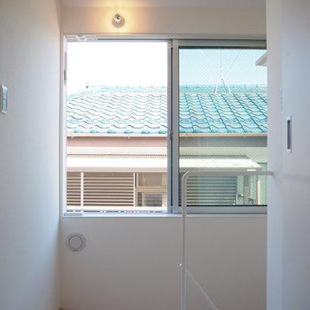 【3階】正面の南向きの窓で部屋干しも可能です。※写真は同間取り別部屋のものです