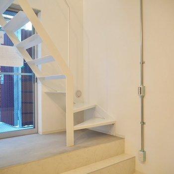 【1階】玄関はガラス張りなんです。※写真は同間取り別部屋のものです