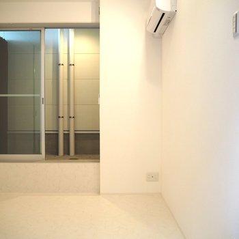 【1階】玄関から1段下がったところがリビングです。※写真は同間取り別部屋のものです