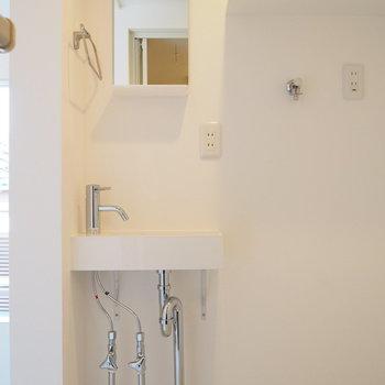 【3階】コンパクトですが独立洗面台もありますよ。※写真は同間取り別部屋のものです