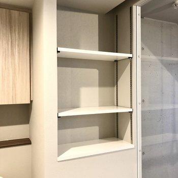 鏡の向かい側の棚には掃除用具やバスタオルも入れておけそう。
