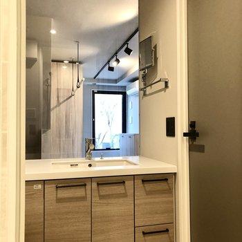 洗面台とトイレのあるスペースはガラス張り。