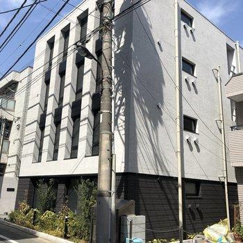 スタイリッシュなコンクリの建物が目印。