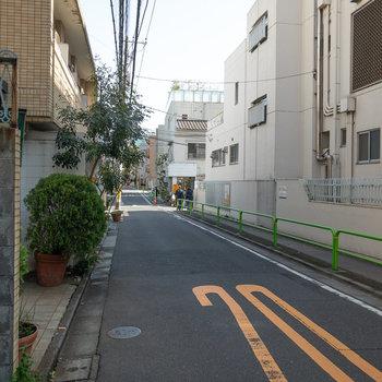 閑静な住宅街が広がっています。交通量も少なく感じました。