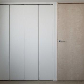【洋室】左手にはクローゼット、右手はLDKへのドア。