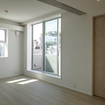 【LDK】右手のドアの先には洋室。後ほど紹介します。