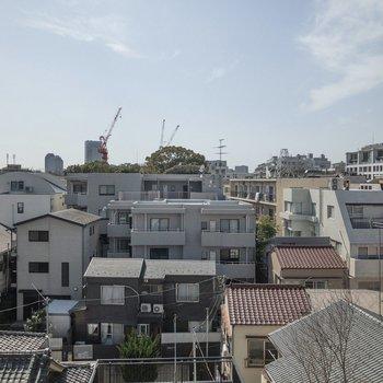 ルーフバルコニーからの眺望。住宅街が広がっています。